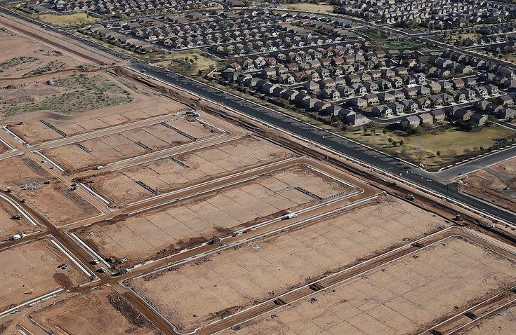 Le nuove case di Phoenix  Foto aeree di quella che sembra la fine della crisi immobiliare: edifici in costruzione, cantieri e villette appena terminate (Justin Sullivan/Getty Images)