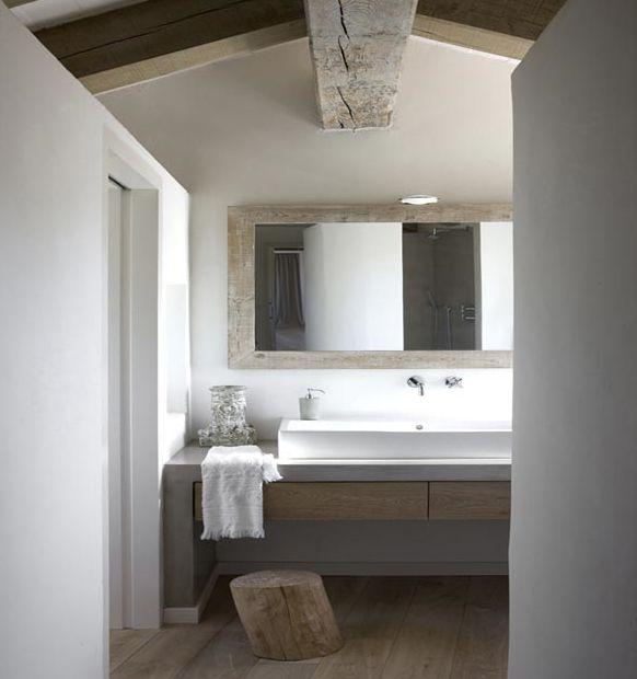 baño, lavabo sobre encimera de obra con cajones de madera, espejo con marco de madera decapada, suelo parquet