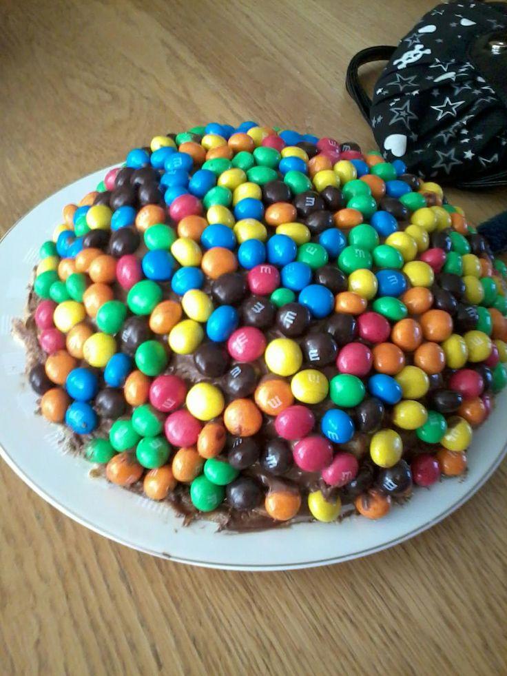 De pannekoeken-Nutellataart van Kristel is een stapel van pannekoeken met Nutella ertussen, Nutella er overheen en bedekt met M&M's!