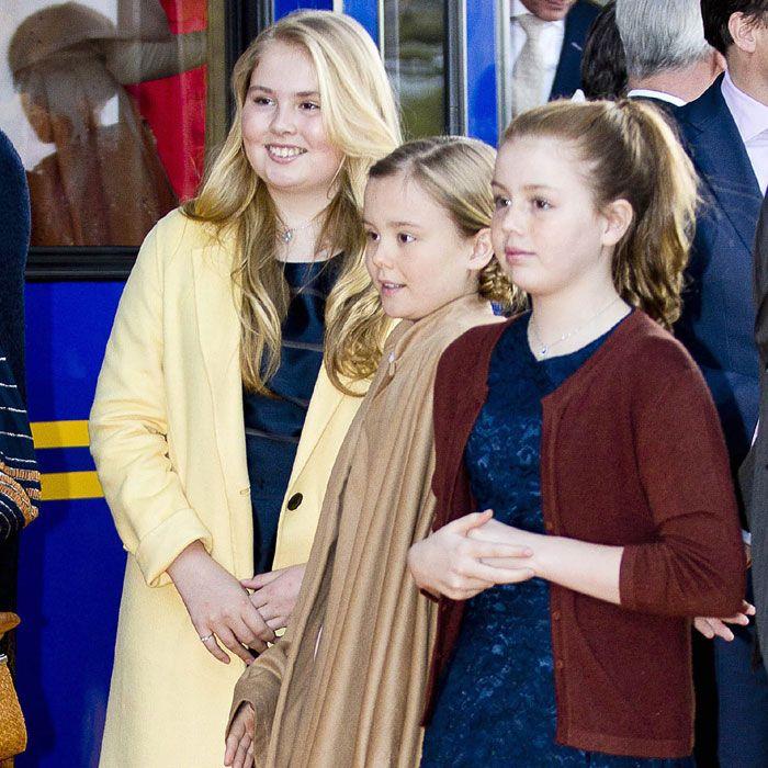 las princesas Amalia, de 13 años, Alexia, de 11, y Ariane, de 10. Las tres jóvenes se mostraban sonrientes a su llegada a la estación donde pudimos apreciar lo mayores que están. Sobre todo, la primogénita de los Reyes y heredera al trono, la princesa Amalia, que ha dado un importante estirón y el parecido físico con su padre es cada día más notable. Con el cabello suelto, Amalia de Holanda llevaba un vestido en color azul que combinó con un abrigo amarillo. Las tres hermanas lucieron…