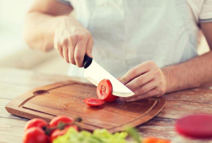 Mana cara yang tepat untuk mengonsumsi tomat: dimasak atau dimakan mentah? Cari tahu di sini.