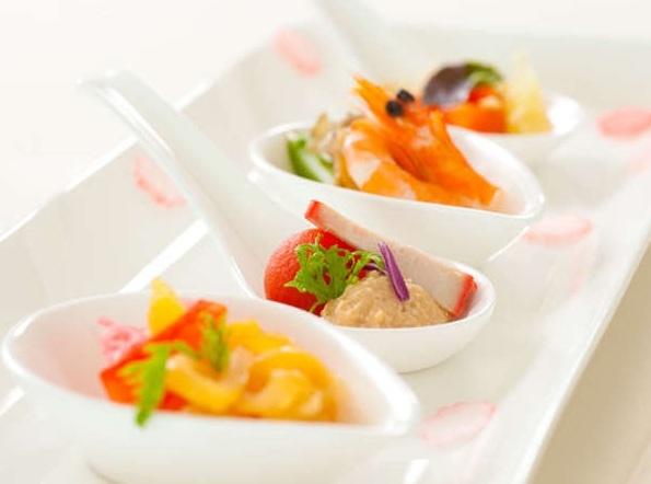 鮮やかに盛り付けられた料理の数々は目でも舌でも楽しめます。
