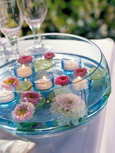 Hier plantschen Kerzen und Blüten in unserer Wasser-Deko.