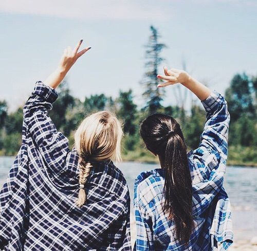 Bild über We Heart It #wowesome #beautiful #besties #bff #blonde #braid #brunette #checkered #cool #girls #inspiring #inspo #peace #shirt #bestfriends …