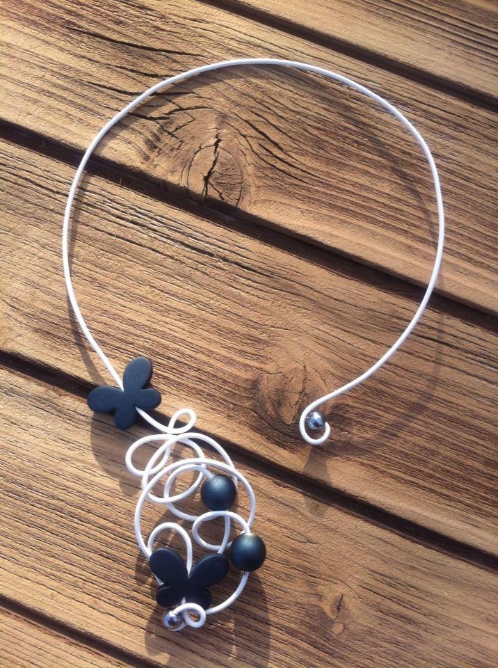 Collier n°044  En fil d'aluminium de couleur blanc et ses perles de couleurs grises  Retrouvez ce modéle sur ma page facebook : https://www.facebook.com/olivia.creation.5