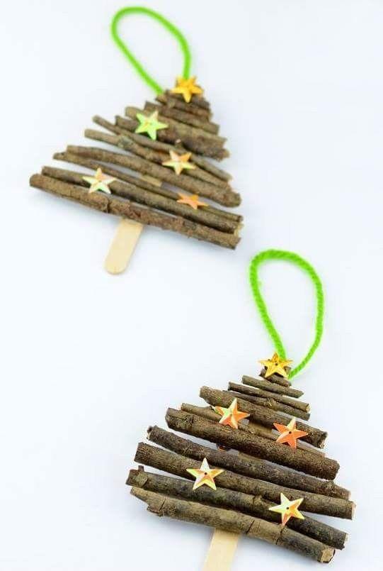 Kerstboom maken met echte takjes die je op een ijslolly stokje plakt.