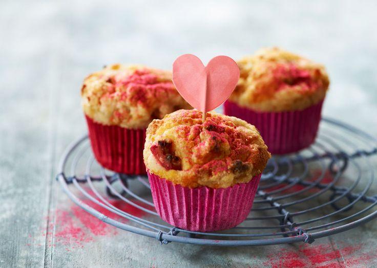 Opskrift på rabarbermuffins med marcipan og rabarbercrumble. Lækker og sommerlige rabarber muffins - perfekt til strand eller picnic. Se opskriften her!
