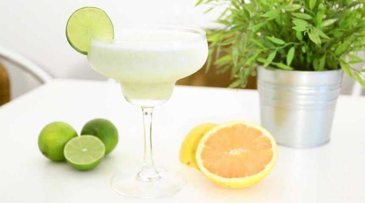 Pour l'arrivée de l'été, nous vous proposons aujourd'hui de découvrir comment réaliser une délicieuse Frozen Margarita à la glace au citron vert. Une recette à réaliser en dernière minute, savoureuse et rafraichissante ! C'est une version glacée de la fameuse Margarita pour laquelle nous avons choisi de la glace au citron vert plutôt que d'utiliser le jus du fruit. Petite astuce : n'hésitez pas à remplacer la glace au citron vert par celle de votre choix, par exemple fruits de la passion ou…