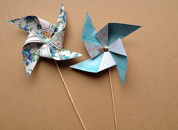 Tuto - Fabriquer des petits moulins à vent en papier : http://www.modesettravaux.fr/tuto-moulins-a-vent-papier/