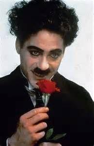Descubra Robert Downey Jr. interpretando a canção de Tempos Modernos ...