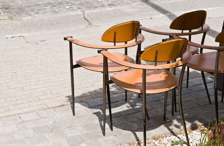 vintage stoelen lederen zitvlak - Vintage chairs with leather seats and metal legs - #woontheater