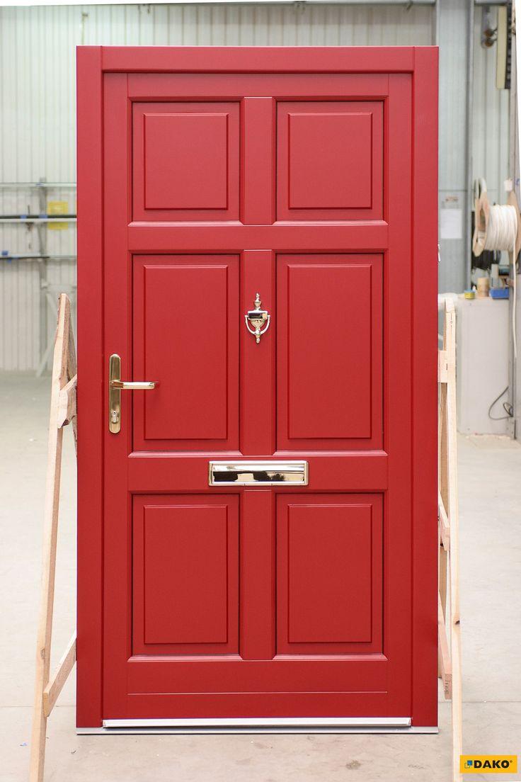 Drewniane drzwi zewnętrzne w pięknym, czerwonym kolorze