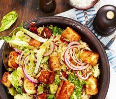 En matig, vitlöksdoftande och varm pastasallad med härliga ingredienser som risonipasta, vitlök, gemsallad, soltorkade tomater, halloumiost och rostade solroskärnor. Risonisallad med vitlöksstekt halloumi är en underbar och snabblagad vardagsmiddag där eventuella rester blir till en perfekt lunchlåda.