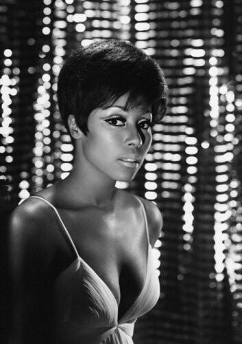 Diahann Caroll, actrice américaine, elle est apparue dans les premiers films à casting noir: « Carmen Jones » 1954 et « Porgy and Bess » 1959 ou « Julia » 1968.