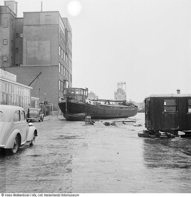 Rijnaak is op kade terechtgekomen door watersnoodramp, Rotterdam (1953)
