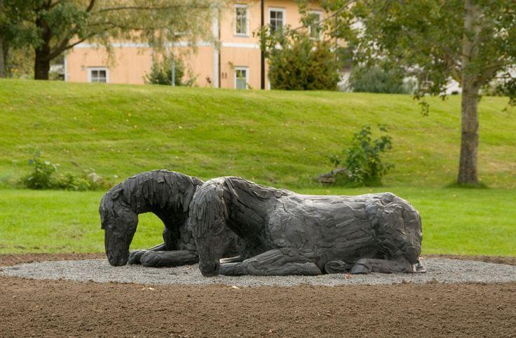 Anna Widén har skrevet om sitt kunstverk «Vid flodstranden vilar två hästar sida vid sida. De har sprungit om kapp på slätten, jagade av skrålande människoskaror. Vindsus och vattnets  rörelse stryker förbi. En stund  är allt stilla.». Hestens sentrale plass i vår historie er inspirasjonen til verket som kom til Elveparken Kunstpark 2015.  Verket er gitt av Skedsmo Kommune og LillestrømBanken