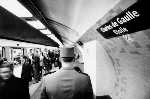 Janol Apin a  parfaitement mis en scène les célèbres noms de stations du métro Parisien prises au pied de la lettre 2014 METROPOLISSON