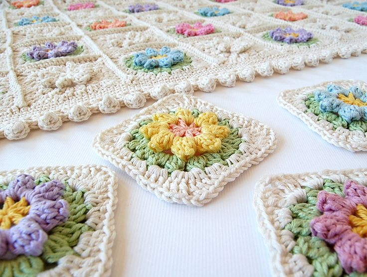 repinning this.. love how 1/2 are done in all white.. less color changing and still colorful. Dada's place: Primavera Flowers Granny Square Tutorial