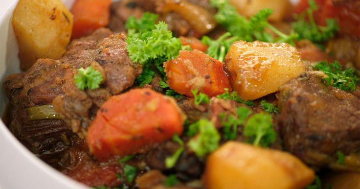 Irish stew is de Ierse versie van ons stoofvlees. Jeroen gebruikt rundvlees, maar je kunt ook variëren met schapenvlees of lamsvlees. Als bier gaat er natuurlijk Guinness bij. De aardappelen worden gegaard in de stoofpot en zorgen voor de binding.Extra materiaal:Een grote stoofpot die in de oven mag