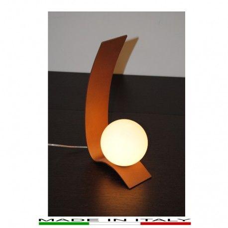 WAVE - Lampada da tavolo, realizzata in metallo laccato color rame. Diffusore in vetro bianco opale satinato.