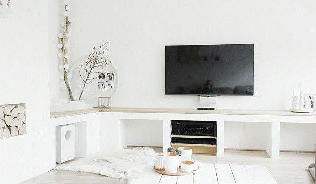 Maak zelf ook zo'n mooi zit/tv meubel van gestucte gasbetonbokken met vloerdelen erop. Zo maak je je eigen meubel op maat.