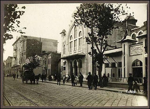 Konak Milli Kütüphane Caddesi, Elhamra Sineması sağda.