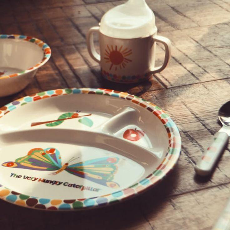 【はらぺこあおむし 食器セット ドット柄】 安心して使える、割れにくいメラミン素材で出来た食器セットです。取っ手付きマグ、プレート、ボウル、スプーン、フォーク入り。