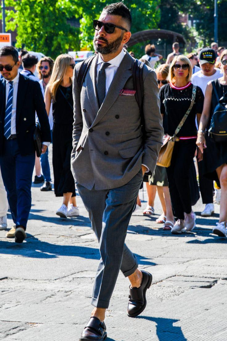 ジャケパンといえば、オンオフ問わず男性にとって欠かせない着こなしの定番だ。定番だけにコーディネートによって印象に大きく差が出るスタイルであることも事実。今回はジャケパンスタイルにフォーカスして、基礎知識や実際の着こなし&注目アイテムについて紹介! ジャケパンとは? ジャケパンとはご存知の通り「テーラードジャケット+パンツ」を略した通称で、ビジネススタイルにおけるコーディネートからオフカジュアルにおけるコーディネートを指す。スーツとは異なりジャケットとパンツの組み合わせによって、着こなしアレンジが効くのが特徴。 基本的にビジネススタイルの場合には、テーラードジャケットにスラックスを合わせた着こなしが定番。メタルボタンの配されたブレザーやジーンズやチノパンといったいわゆる5ポケットパンツ(カジュアルパンツ)を合わせるコーディネートは基本的にオフカジュアル仕様だ。 ジャケットとパンツの組み合わせ 何と言っても定番は「ネイビージャケット×グレースラックス」。 しかし色味の組み合わせについては、「ネイビージャケット×ダークネイビーパンツ」など同系色同士を組み合わせるスタイルも定番化...