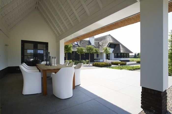 witte villa met veranda, witte rietgedekte villa met veranda, royale veranda bij rietgedekte villa, villa wit riet 01architecten
