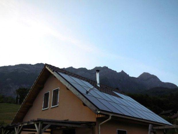 SOLUTIONS TECHNIQUES.  Sensible aux questions environnementales et soucieuse de faire des économies sur le long terme, une famille résidant près d'Annecy, en Savoie, a décidé de devenir productrice d'énergie. En équipant sa toiture de panneaux photovoltaïques et de panneaux solaires hybrides, la famille produit son eau chaude et son électricité.