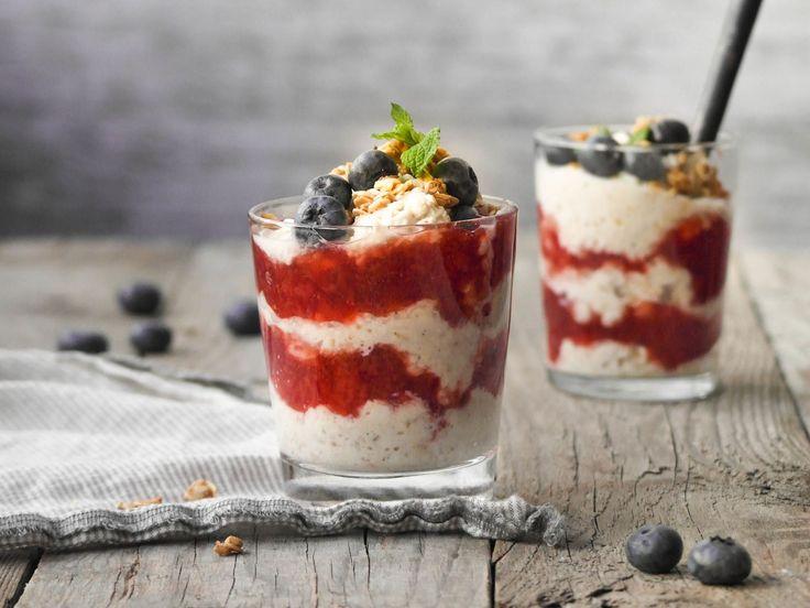 Kjøleskapsgrøt med yoghurt, jordbærsyltetøy og granola