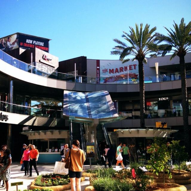 Strolling around outdoor mall Santa Monica Place #LAStaycation