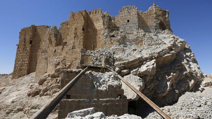 Die syrische Regierungsarmee und ihre Verbündeten haben die historische Hochburg in Palmyra zurückerobert. Es gelang ihnen auch, die Kontrolle über einen Gebirgszug im Südosten der Stadt zu erlangen. Die Terroristen verlassen massenhaft die Gegend, berichten Augenzeugen vor Ort.