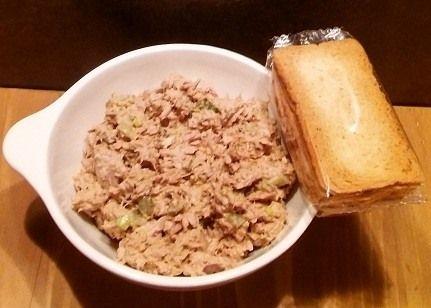 Van de sla had ik nog tonijn over hier heb ik een tonijn salade van gemaakt. ingrediënten : tonijn(blikje), uitje , augurk scheutje ketjap (zoet) en zaanse mayonaise door elkaar doen en klaar :)