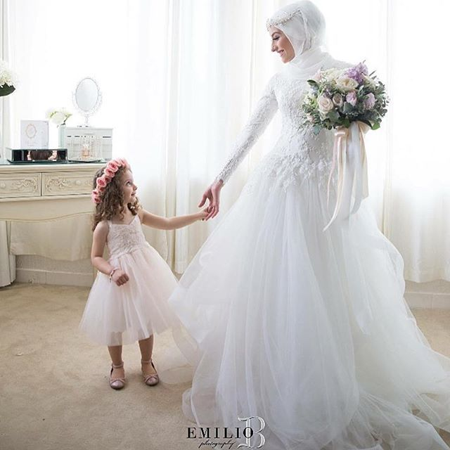 Mashallah gorgeous bride with hijab styled by @veiledbyzara | makeup @jennydo_ | florist @stemsbyabby | headpiece @bridelaboheme | photo @emiliobphotography #thehijabbride #modestfashion #modestbride #muslimfashion