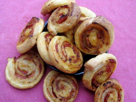 feuilletés aperitif : Préchauffez le four à 180°/th 6. Déroulez votre pâte et étalez votre mélange  (jambon, formage - tomate, formage, origan...)en fine couche. Roulez à nouveau la pâte feuilleté sur elle même, en serrant bien pour faire des rouleaux. Coupez en tranche de 5 mn d'épaisseur. Le tout sur papier sulfurisé et au four pour 20 mn. Astuces culinaires: En forme de palmier : la pâte est roulée de chaque côté jusqu'au centre. Si pâte feuilleté est trop mou, placez  au congélateur