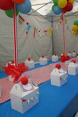 circus party favor box with bunting