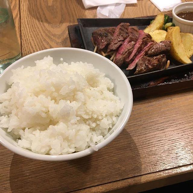 みんなで大学終わりにステーキ食って来た リッチやと思うやん、リーズナブルでご飯、スープ、バケットがお代わりし放題😫 今日はこうきを見てずっとニヤニヤしてました #ニクバル #太田川 #駅 #ステーキ #肉 #おかわり #って  #素晴らしい