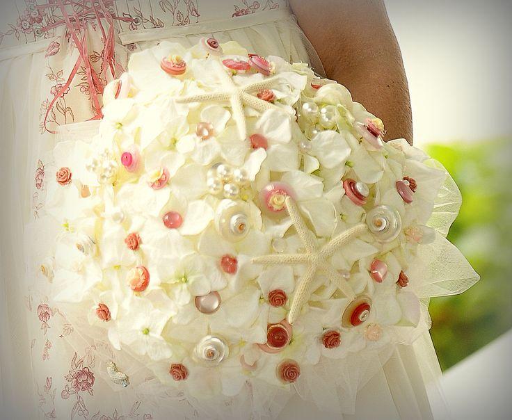 bouquet fait de boutons nacrées anciens, étoile de mer, coquillage nacrés, fleurs en soie et du tulle