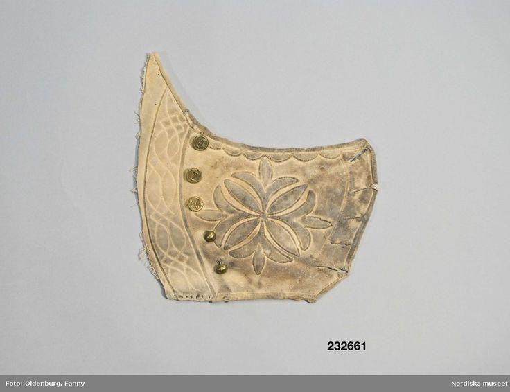 Bröstlapp, del av höger framstycke till ett skinnlivstycke av sämskskinn från get.  Floda.