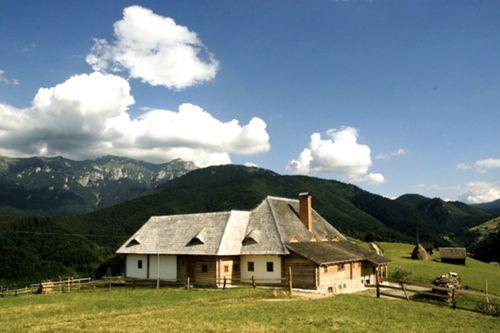 HANUL BALABAN Visezi la peisaje care să îţi taie pur şi simplu răsuflarea? Acesta este locul ideal: Hanul Balaban se află pe un vârf de deal...