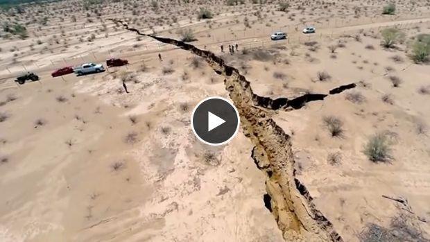 Un drone volant au-dessus de la ville de Hermosillo au Mexique a filmé une énorme fracture qui s'est formée dans le sol