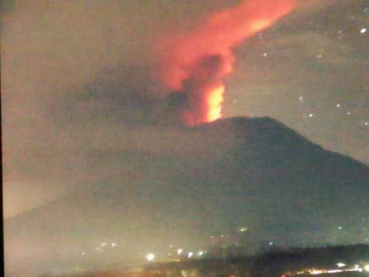 """Uživatel Sutopo Purwo Nugroho na Twitteru: """"Api dan cahaya kemerahan pada asap saat erupsi 25/11/2017 pukul 23:00 WITA dipengaruhi oleh lava yang keluar dari kawah Gunung Agung. Sejak… https://t.co/aBN9GKKv2B"""""""