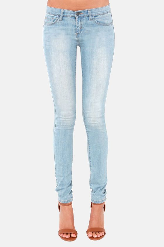 Both dark and light-colored jeans have a similar fit. Technically speaking, the fit varies depending on the cut and style of denim. Straight-leg jeans, for instance, tend to run straight through the thighs and legs, whereas skinny-leg jeans become more narrow through the leg.