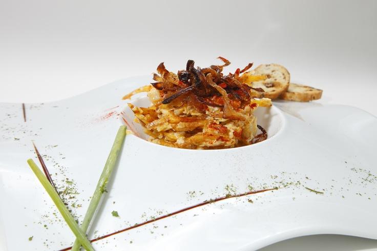 Huevos rotos con Bacalao, Chorizo frito y Cebolla confitada  www.restaurantecasalucio.com