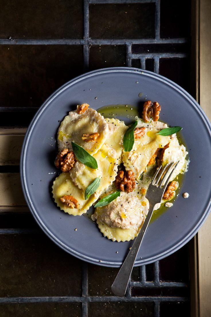 Een verwarmend gerecht met noten na een lekkere herfstwandeling in het bos is pure verwennerij. De pompoenravioli met romige walnotensaus is perfect!