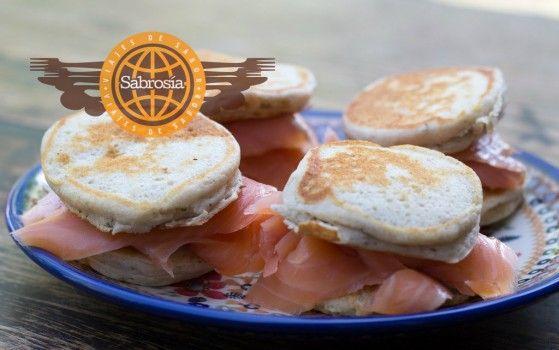 Es un tipo de pancake Ruso que se disfruta con variedad de ingredientes, como pescados ahumados y caviar.