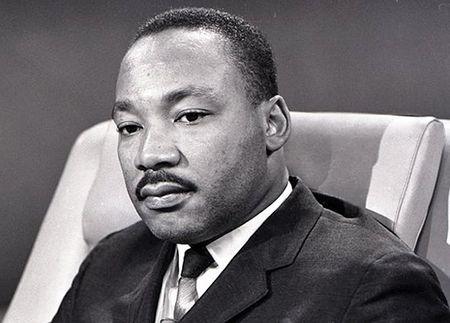 Martin Luther King Jr. Martin Luther King Jr. foi um pastor protestante e ativista político estadunidense. Tornou-se um dos mais importantes líderes do movimento dos direitos civis dos negros nos Estados Unidos, e no mundo, com uma campanha de não violência e de amor ao próximo.