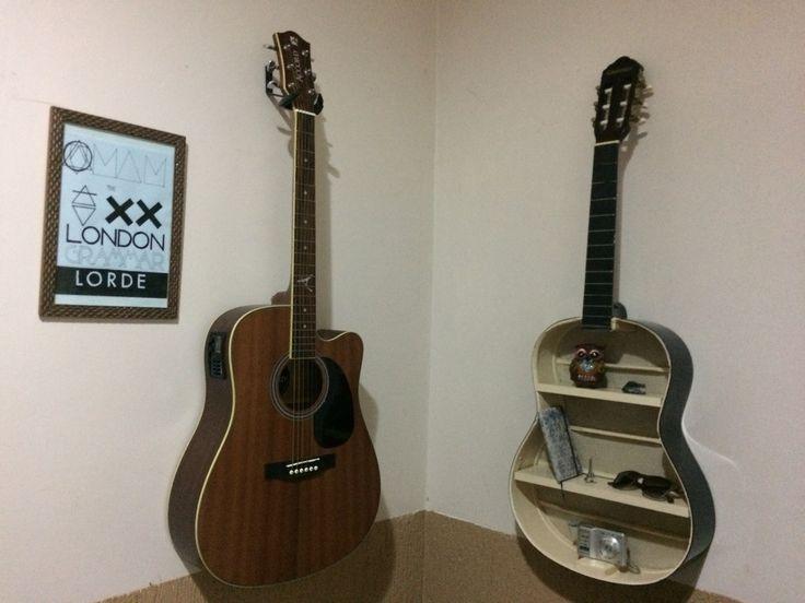 Violão velho reciclado; estante de violão.