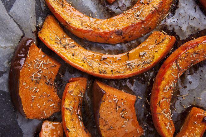 Potimarron rôti : mettez un filet de miel, salez, assaisonnez avec des herbes aromatiques et hop, au four !